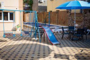 Автобусом к морю из Тулы в Джемете гостевой дом АДЕЛЬФОС детская площадка